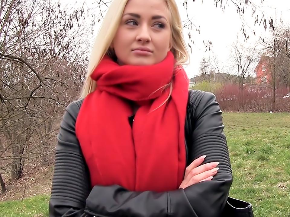 Европейская блондинка с симпатичной маленькой грудью