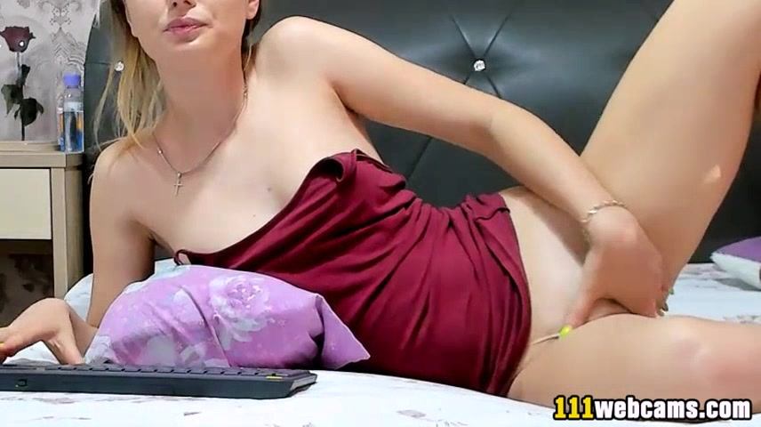 Amateur gorgeous russian camgirl babe posing on webcam