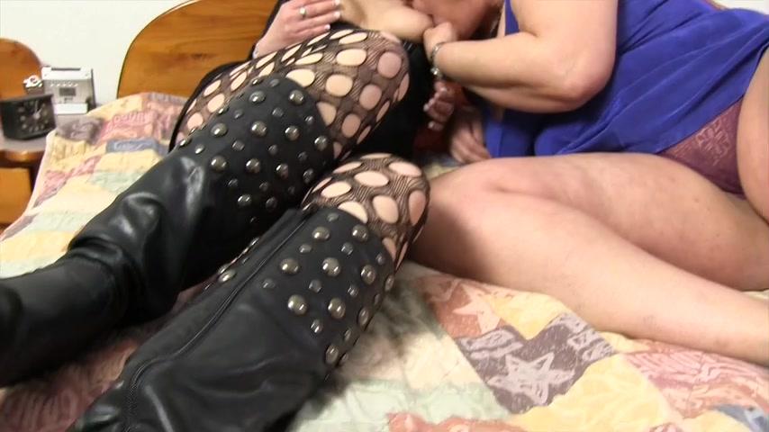 Marina zeigt ihre piercing