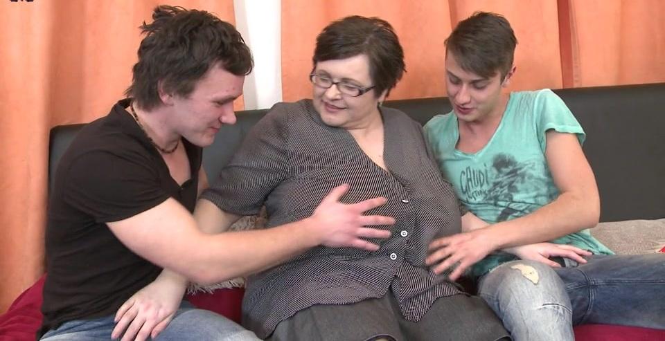 Грудастая толстушка трахается с двумя молодыми парнями