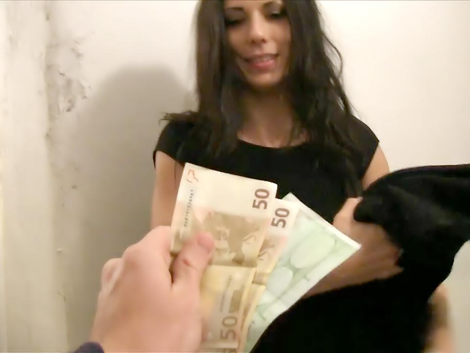 Испанская красотка трахается с незнакомцем за деньги