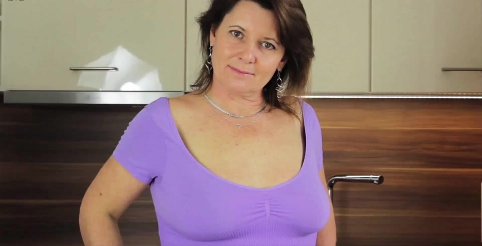 Horny mature slut loves to play with her wet pussy