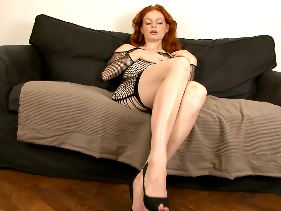 Clothed redhead Barbara Babeurre is pissing and gets wet in close up № 984546 бесплатно