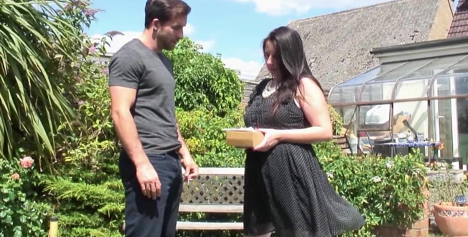 Chubby British housewife fucking in the garden