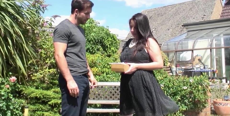 Секс в саду с полной английской домохозяйкой