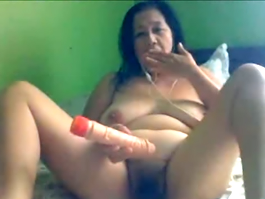 Pinay mature toying pussy on webcam