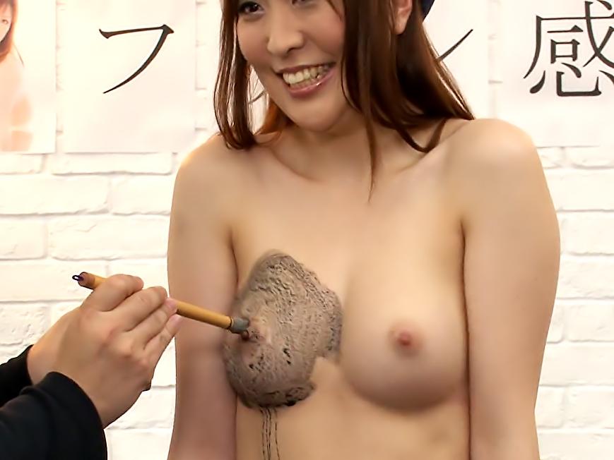 Akane Satozaki is having a lot of fun while working