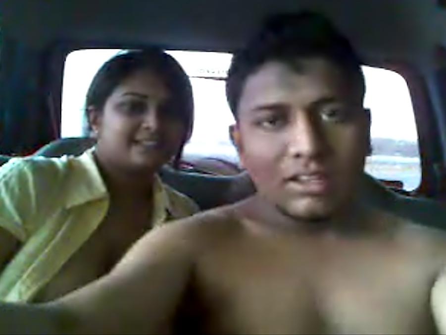 Похотливая индийская парочка трахается в машине