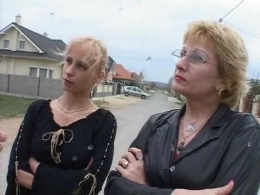 Немецкая мамаша и ее дочка занимаются грязным сексом и писингом